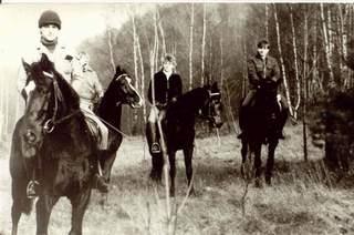 Grupa jeźdźców. Zdjęcie z archiwum Sławomira Aleksandrowicza (1982 r.)