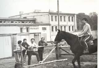 Prezes ZWTKKF w towarzystwie Kierownika Ośrodka, prowadzącego jazdę oraz właściciela Waleta